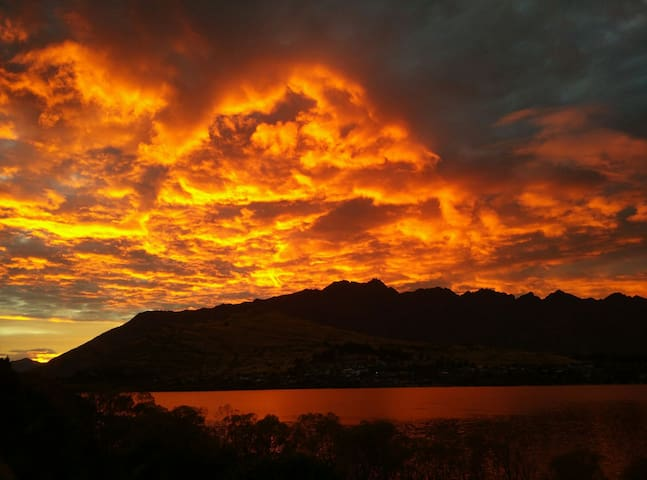 Cozy room by the lake, close to town - Queenstown - House