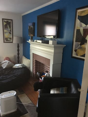 Small bed, small bedroom 9x9. - Allentown - Apartment