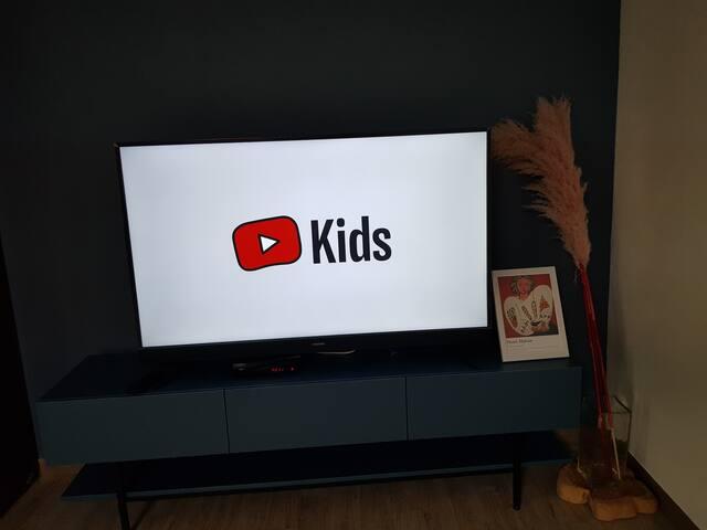 넷플릭스, 유투브, 유투브 키즈가 나옵니다.  유투브 키즈 하나만 틀어놓으면 엄빠를 찾지 않더라구요 ㅎㅎㅎ