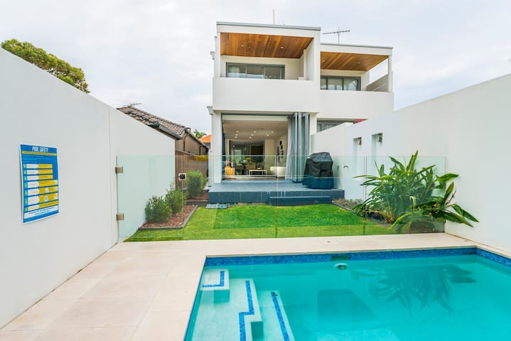 Rose Bay New Contemporary Family Home with Pool - Rose Bay - House