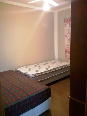 Quarto 1 - 1 cama de casal e 1 de solteiro