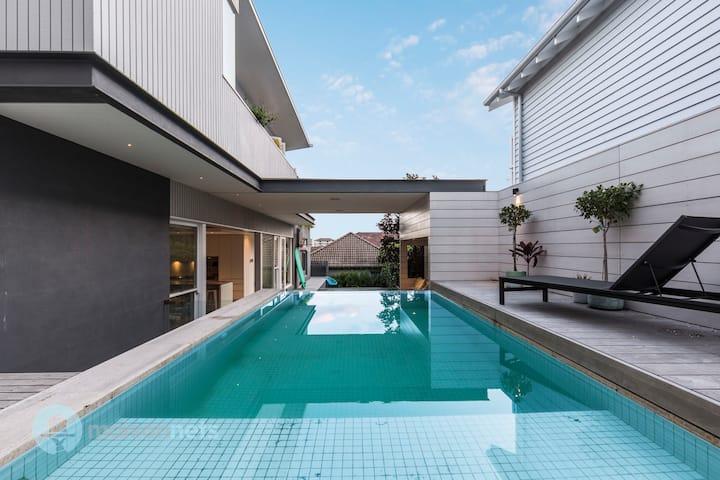 4 Bedroom Luxury House with Pool & Near Beach