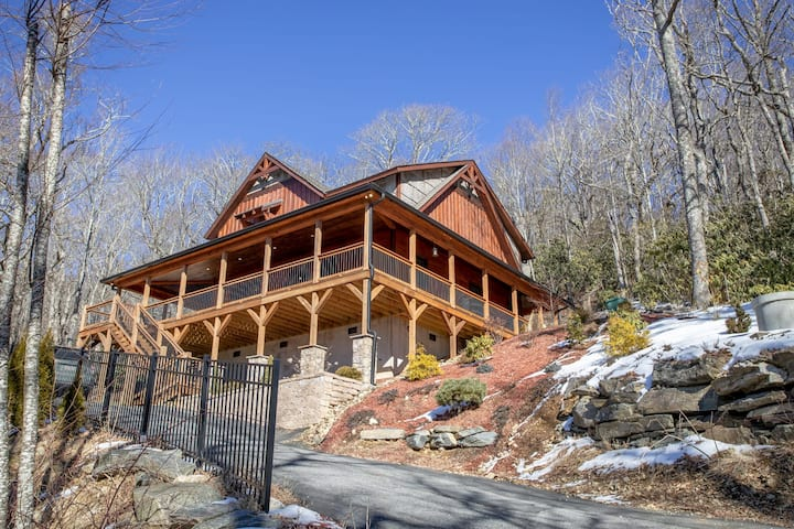 4BR Cottage, Scenic Mtn Views, King Suite, Jetted Tub, Mile from Downtown and Skiing