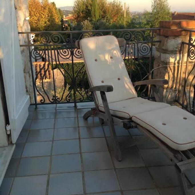 Terrasse de la chambre avec chaises longues