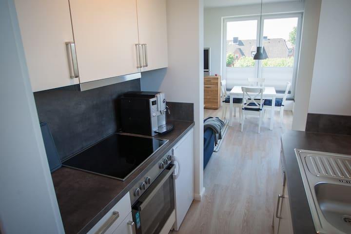 Blick aus der Küche ins Wohnzimmer.