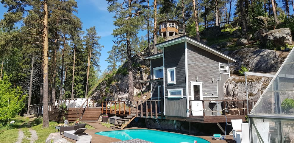 Tammikallion sauna ja ulkoallas kutsuu kylpemään!