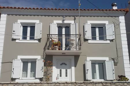 Stone House at the entrance of Pylos, Amazing view - Pilos - Дом