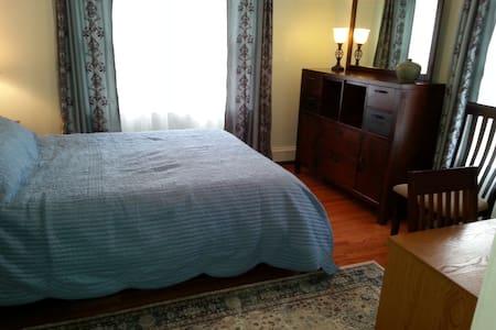 Cozy room in quiet neighborhood - Burlington