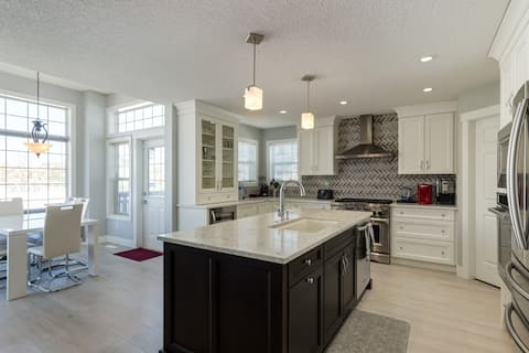 Executive Home w/ Gourmet Kitchen By Golf and Lake