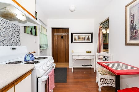 Cozy Private Cottage w/full kit | Close to DT