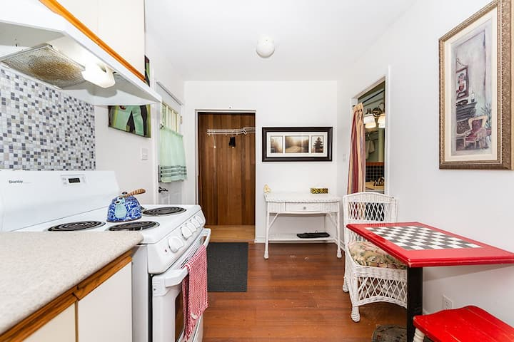 Cozy Private Cottage w/full kit   Close to DT