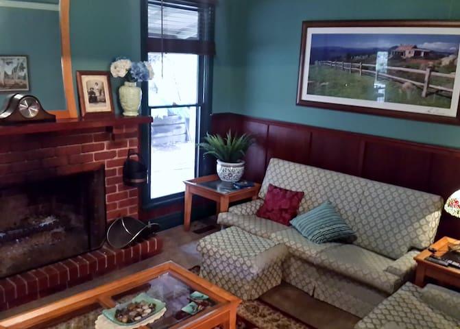 Rustic Refuge QBedroom suite(bath/kitch/sep.entry) - Kalorama - Bed & Breakfast