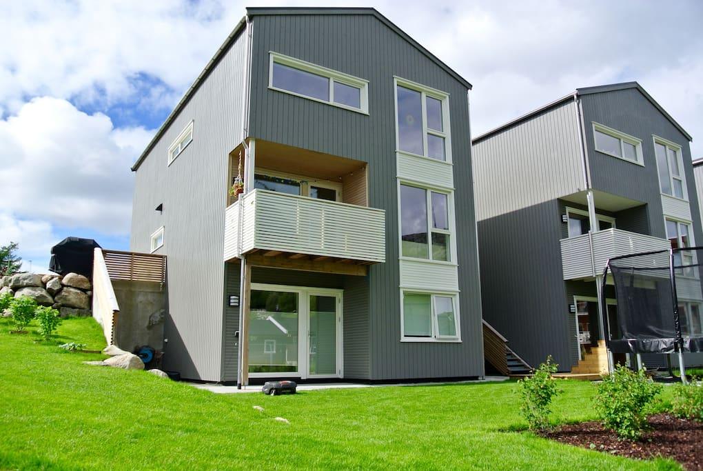 Huset er i 3 etasjer. Balkongen er utenfor stue/spisestue. Godt med boltreplass på tomten.
