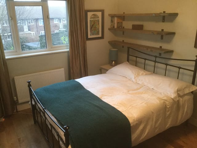 Double Bedroom very near Chatham Station - Chatham - Huis