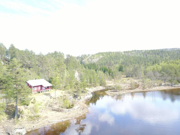 Innlandshytte ved idylliske Bjørndalsvatn