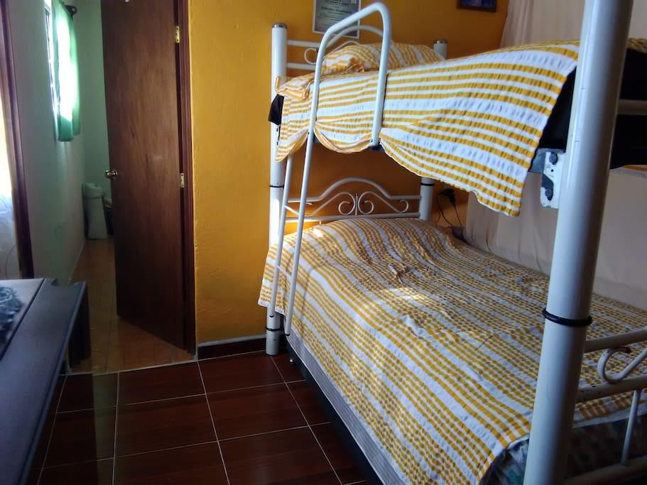 Litera con 3 camas individuales. La cama de abajo es deslizable.
