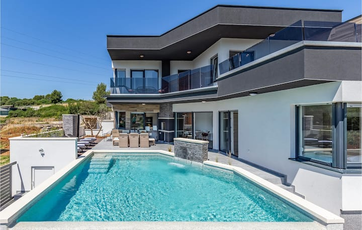 Awesome home in Pula with Outdoor swimming pool, Jacuzzi and 3 Bedrooms
