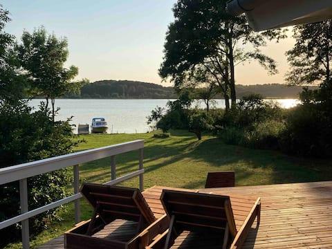 Lyst og deilig hus, direkte på Lake Tange