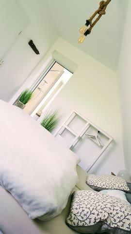 Geräumiges Schlafzimmer mit Kingsize Bett und Ausblick der besonderen Art.