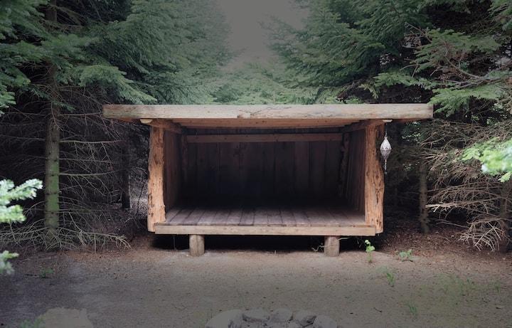 Privat shelter med bålplads midt på Møn
