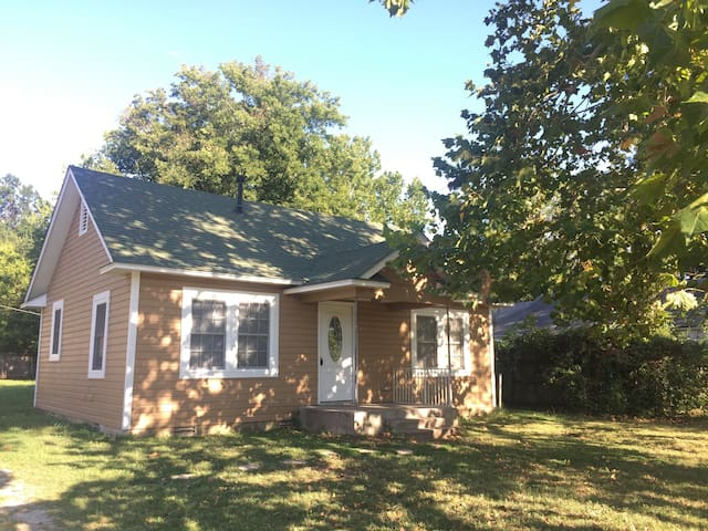 Cute 2 BR Dollhouse By Rose District - Broken Arrow - House