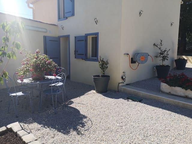 Gîte en Provence avec jardin et pool house