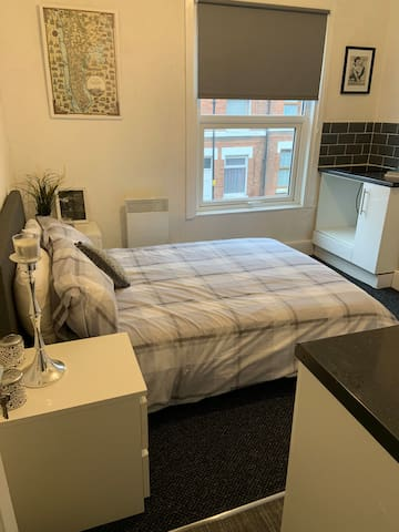 Centrally located studio walk to trains, bus shops
