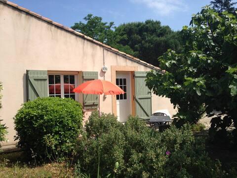 Studio indépendant dans mas provençal avec piscine