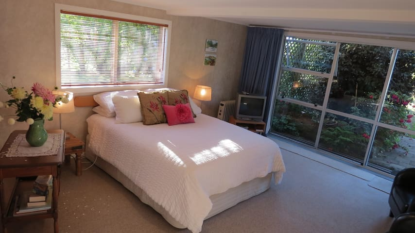 Fernleaf Farmstay - Garden Room / separate access - Owhango - Bed & Breakfast