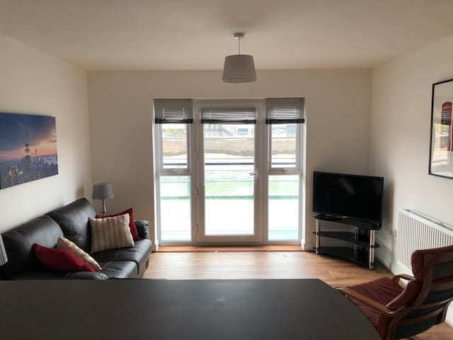 Deluxe ground floor 2 bed apartment with balcony#