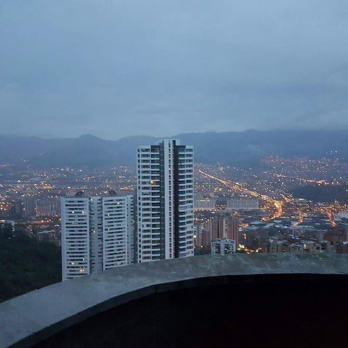 amazing view of the city from the balcony amazing vista de la ciudad desde el balcon
