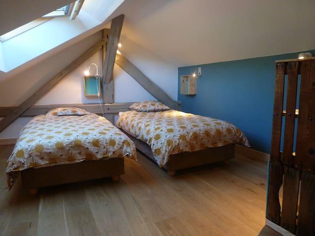 chambre enfants avec lits jumeaux