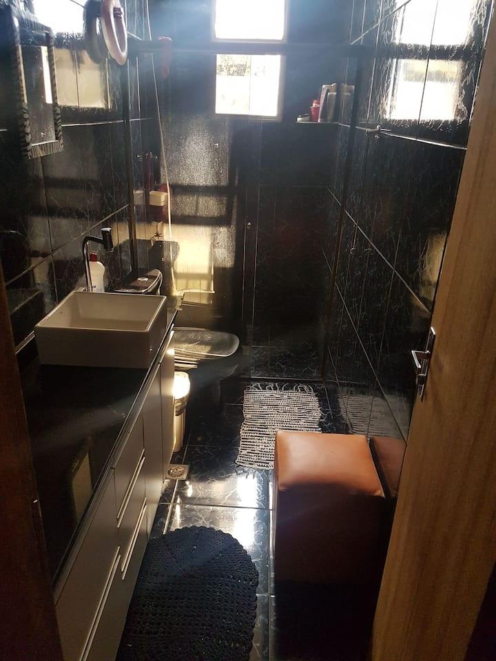 Casa simples com banheiro exclusivo
