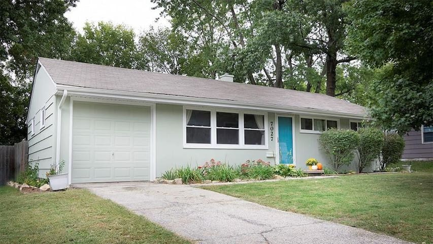 Entire house ⌂ & spacious yard 15 mins to plaza :)