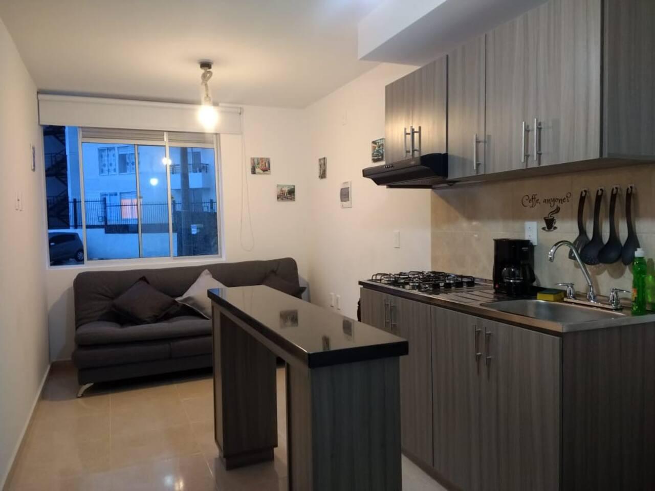 Aparta estudio: cocina, barra comedor, 1 habitación con baño privado y confortable sofacama