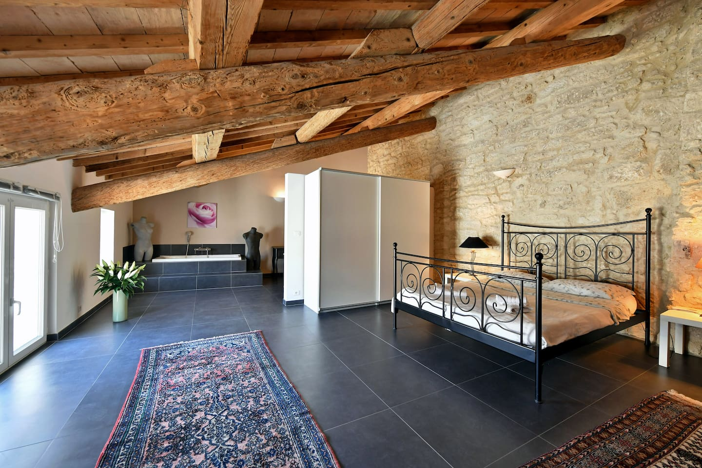 Main bedroom with double bed, 14th century ceiling and walls and 21st century bathroom, air conditioning for the summer and underfloor heating for the winter