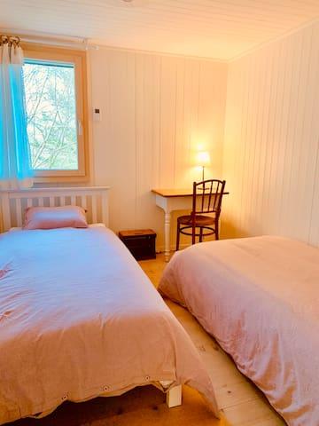 Zimmer 1 mit 2 Einzelbetten und kleinem Schreibtisch