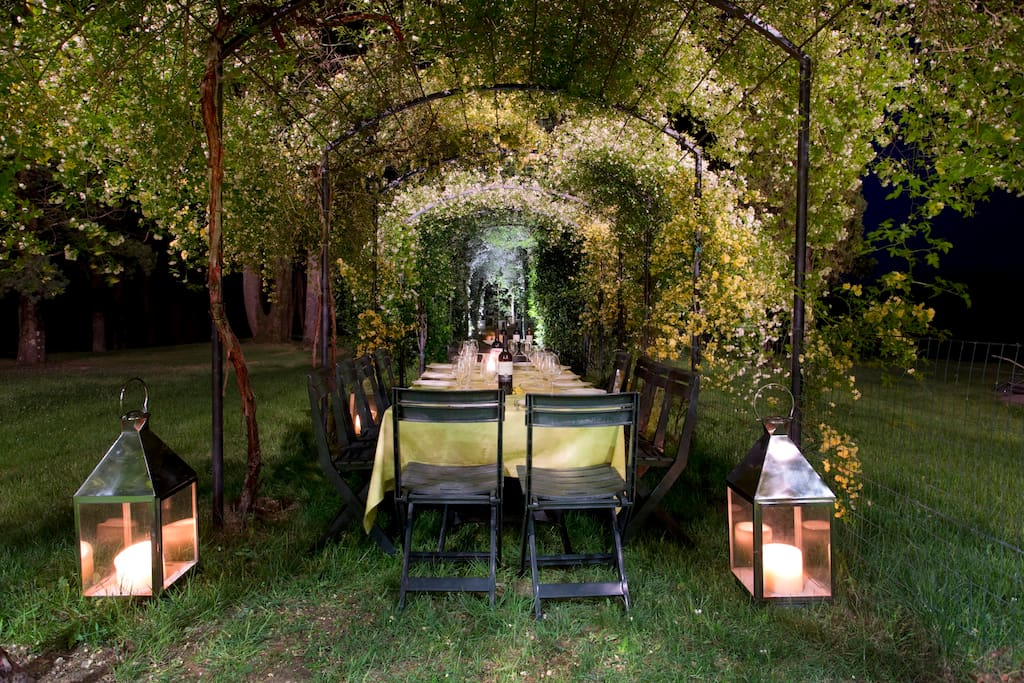 where you can eat in the garden by night
