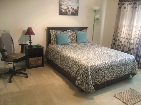 Comfy, Private - furnished room with Queen bed!