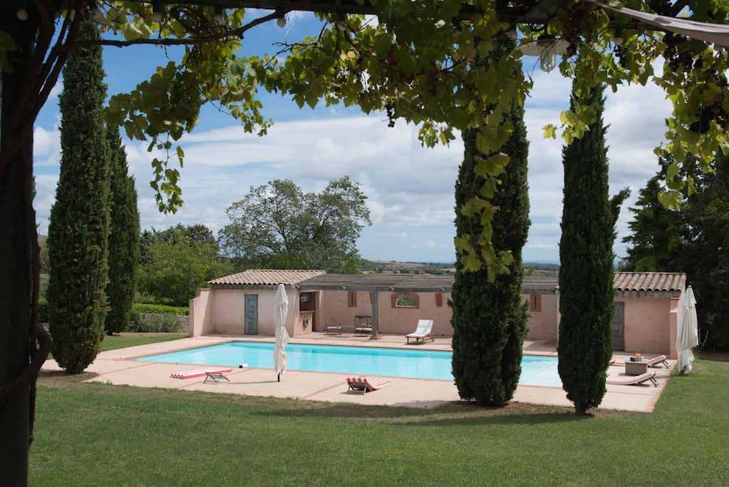 Vue de la piscine prise de la terrasse
