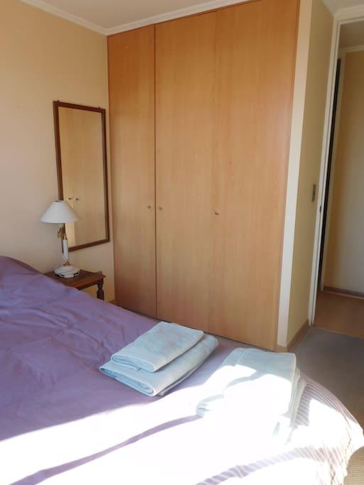 Habitaci n con cama doble y ba o privado departamentos for Espejos aki