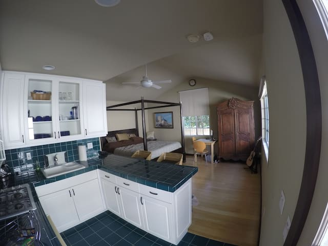 Full guest house with king-size bed near Rose Bowl