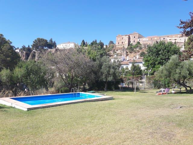 Hermoso piso con vistas, terraza y piscina.