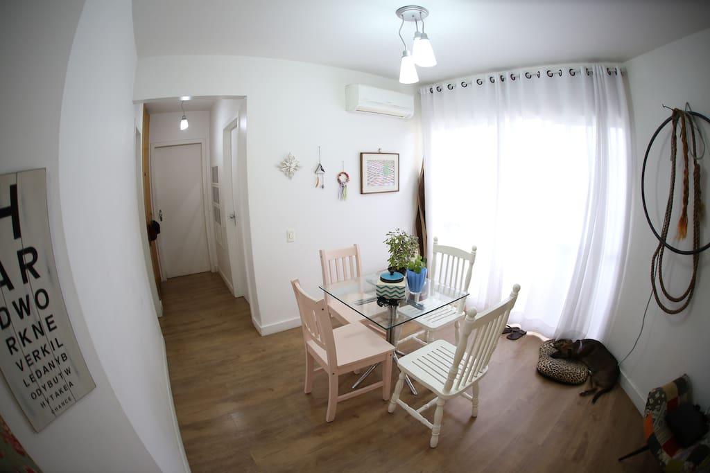Sala com ar condicionado e sofá cama