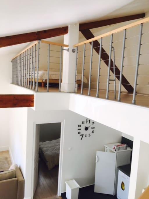 Vue de la chambre double du bas et de la mezzanine avec son lit double