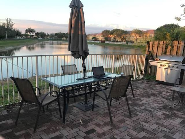 Beautiful house with LAKE VIEW at Doral! - Doral - House