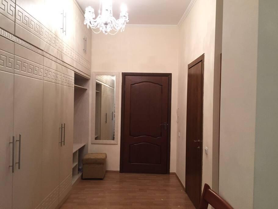 Прихожая, большие мебельные шкафы, гостевой туалет.