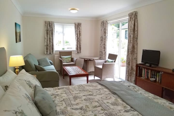 Garden Suite near Farnborough Airport and M3