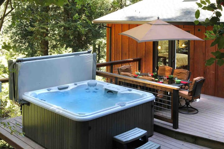 PEACE & QUIET: Zip2Wine > Sip@Hot Tub | Fenced!