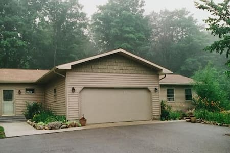 Leelanau County home on 5 beautiful acres - Maple City - Talo